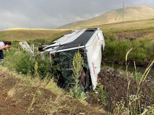 Yolcu otobüsü devrildi: Çok sayıda yaralı var!