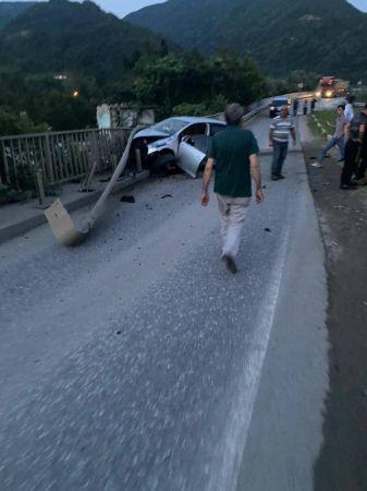 Bariyerlere çarpan otomobil hurdaya döndü!