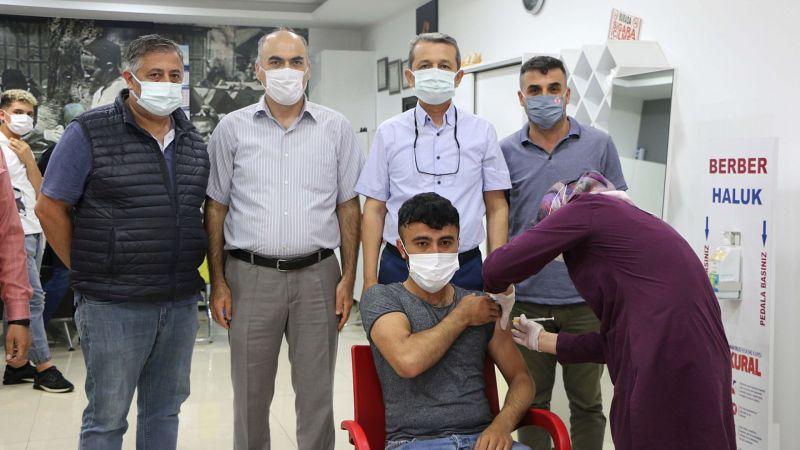 Berberler işyerinde aşı oluyor