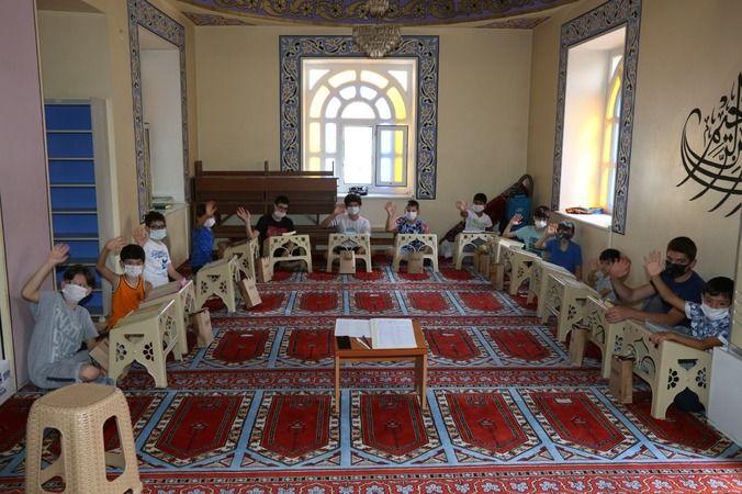 Kur'an öğrenen miniklere bayram öncesi hediyeler verildi