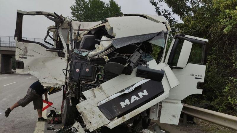 TEM'de feci kaza! Şoför sıkıştı