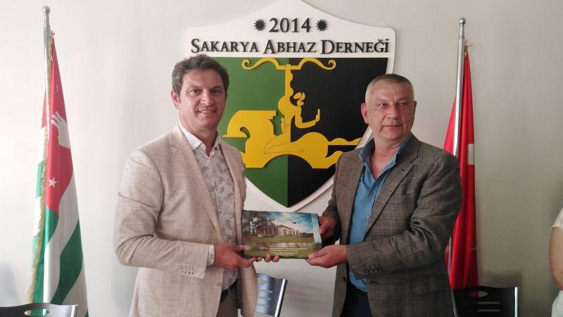 Abhaz Derneği'nden Sakarya'nın gururu Uğur Kobaş'a plaket