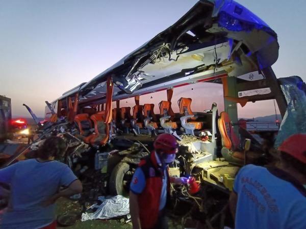 Yolcu otobüsü tıra çarptı! 9 ölü, 30 yaralı...