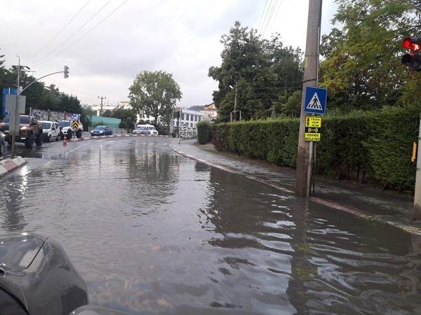 Yağmur yağdı, yollar göle döndü!