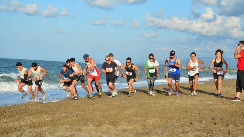 Karasu kumsalında zorlu maraton