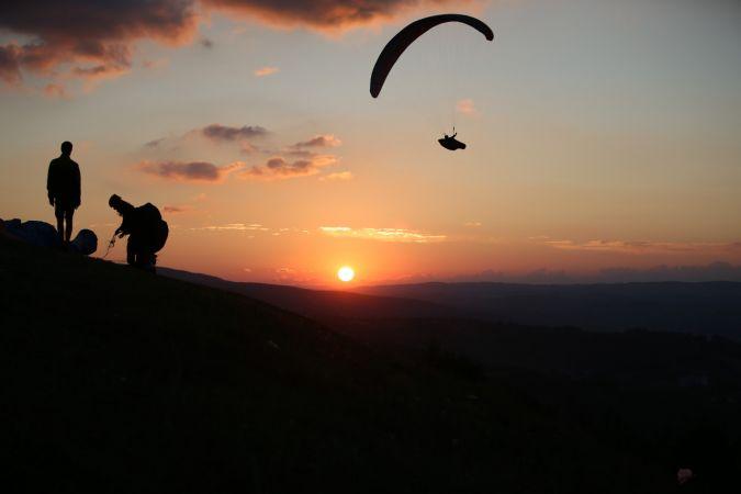 Gün batımında yamaç paraşütü