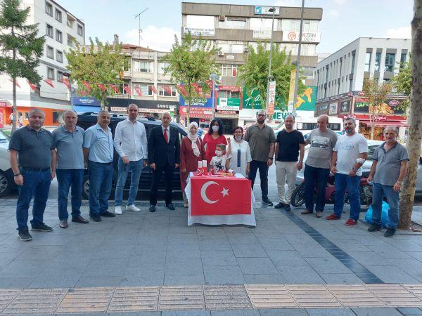 MHP Adapazarı Zafer Bayramı'nda bayrak dağıttı