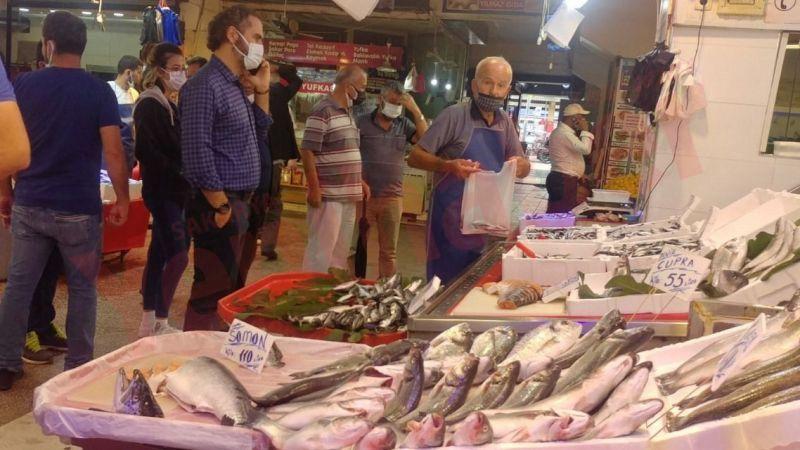 Tezgâhlar doldu! Katlı pazardan balık fiyatları…