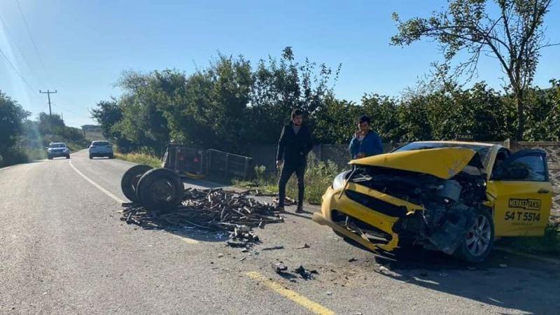 Traktör ile taksi çarpıştı