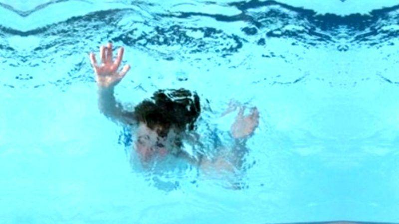 Bebek havuza düştü