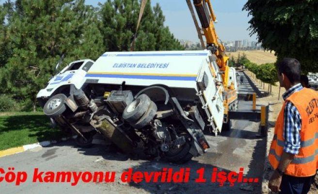 Çöp kamyonu devrildi