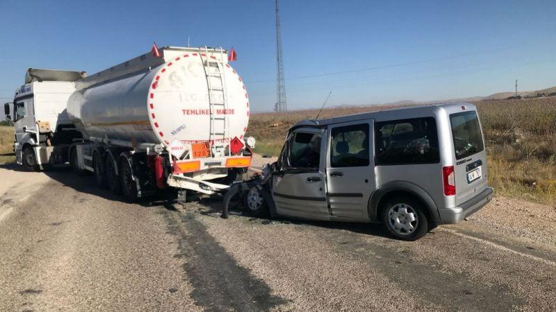 Hafif ticari araç Tır'a arkadan çarptı: 1 yaralı