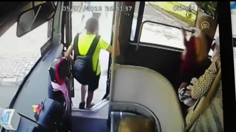 Otobüsü taşlayıp bıçakla tehdit ettiler