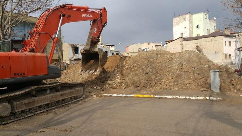 Elbistan'daki metruk binalar yıkılıyor
