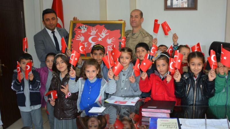 Elleriyle hazırladıkları Türk Bayrağını Jandarmaya hediye ettiler