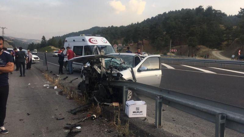 Otomobil bariyerlere saplandı: 4 yaralı