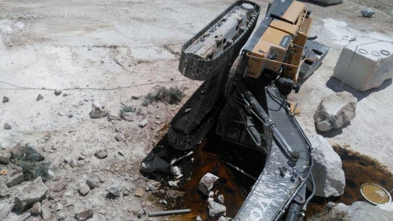 Mermer ocağında iş makinesi devrildi: Operatör ağır yaralandı