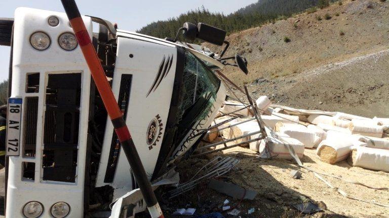 Freni boşalan kamyon yan yattı