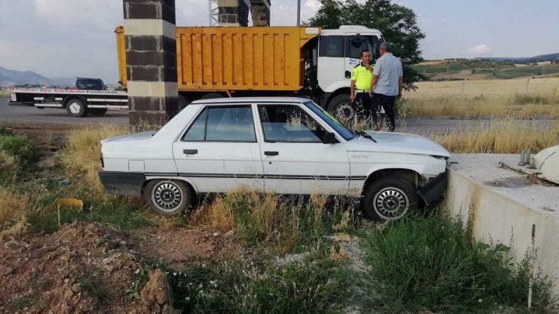 Yoldan çıkarak betona çarptı: 2 yaralı