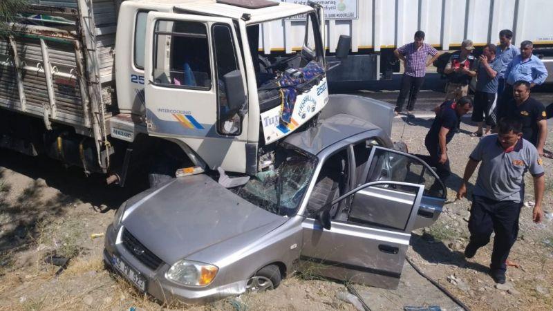 Kamyon ile otomobilin çarpıştığı kazada polis memuru öldü