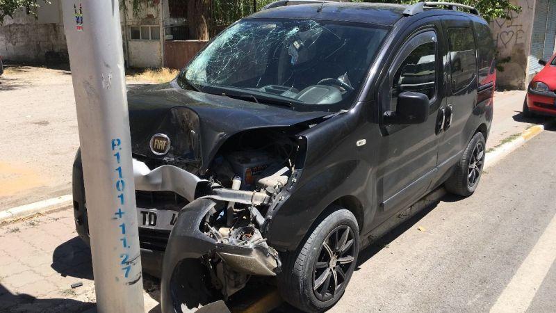 Hafif ticari araç aydınlatma direğine çarptı: 4 yaralı