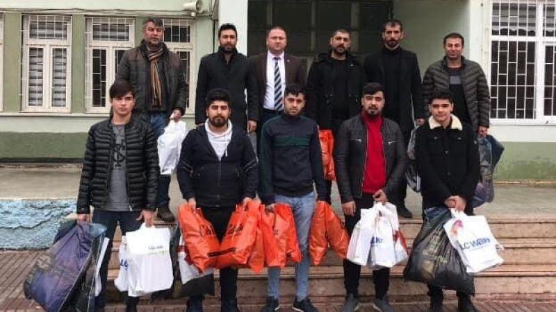 Elbistan Ülkü Ocakları'ndan ihtiyaç sahibi öğrencilere bot ve mont yardımı
