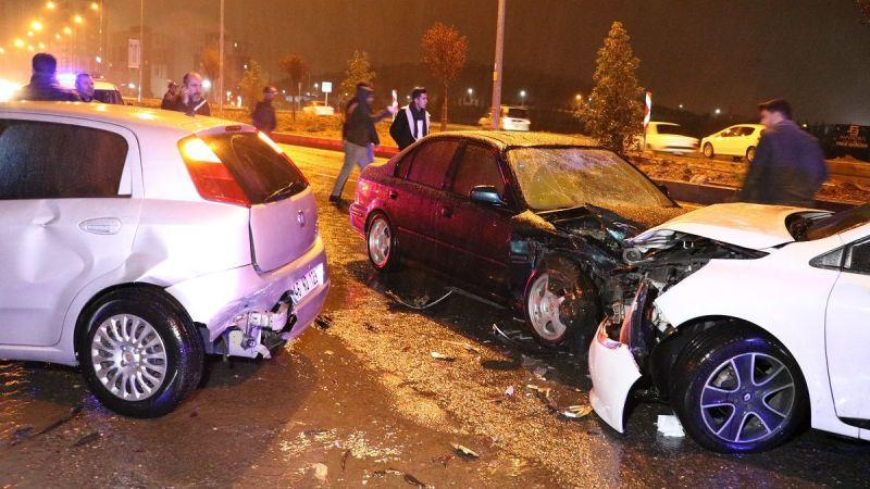 Kaza sonrası toplanan kalabalığa otomobil çarptı: 8 yaralı