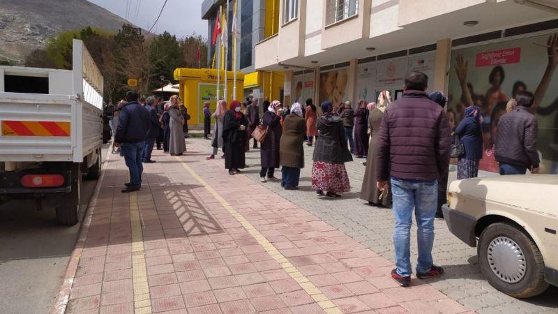 Elbistan'da PTT önünde uzun kuyruklar oluştu