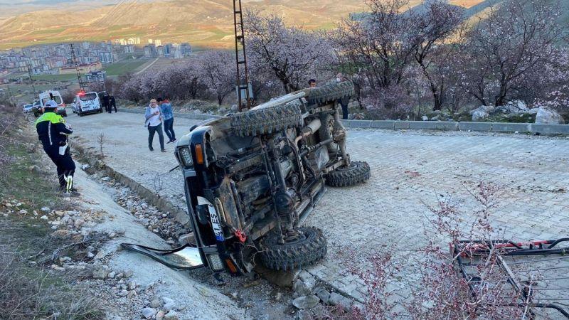 Elbistan'da freni patlayan arazi aracı takla attı: 2 yaralı