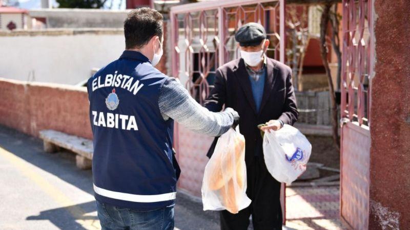 Elbistan'da zabıta ekipleri ekmek dağıtıyor