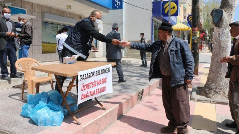 Pazarcık Belediyesi vatandaşlara ücretsiz maske dağıtıyor