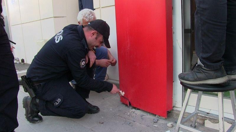 Reklam panosunda sıkışan kırlangıçları polis kurtardı