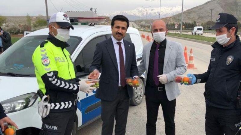 Elbistan Ülkü Ocakları'ndan görev başındaki polis ve jandarma ekiplerine meyve ikramı