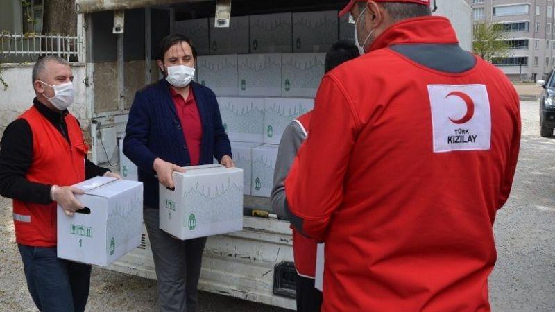 Elbistan'da Kızılay gönüllüleri gıda kolisi dağıttı