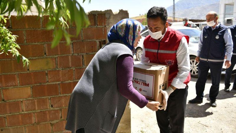 Elbistan Belediyesi 15 bin aileye yardım paketi dağıttı