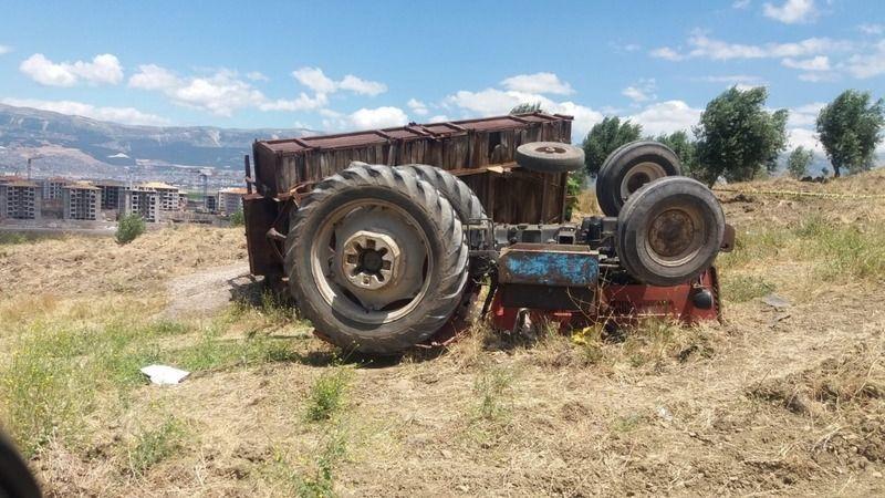 Kendi kullandığı traktörün altında can verdi