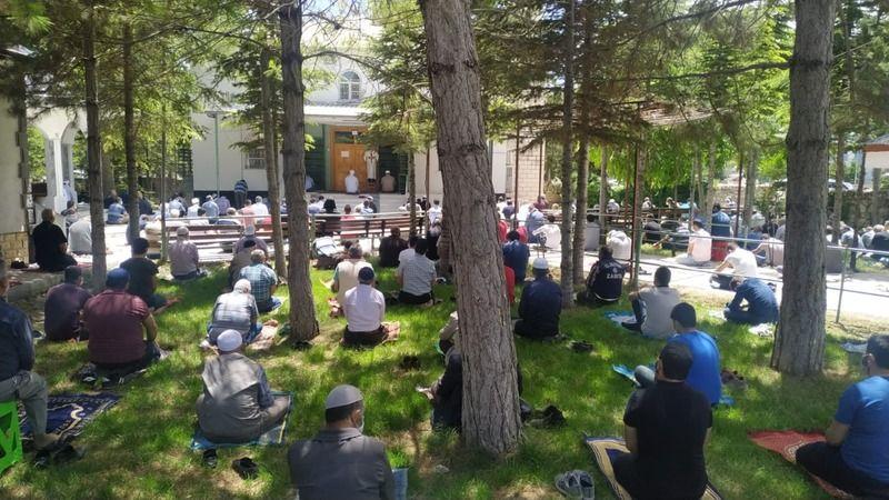 Elbistan'daki cami ve alanlarda sosyal mesafeli cuma namazı