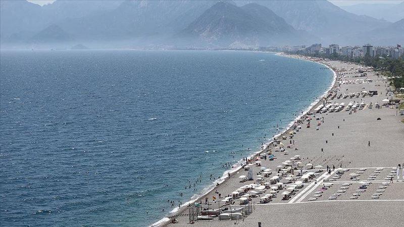 Antalya korona dinlemiyor, sıcak havadan bunalanlar sahile akın etti