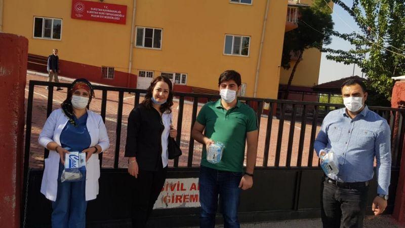 Huzurevi sakinleri için maske ve dezenfektan bağışladı