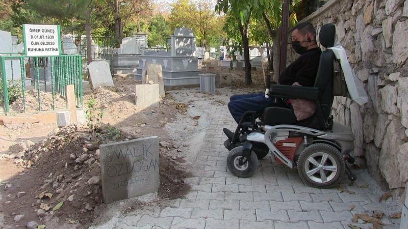 Elbistan'da engelli vatandaşın babasının mezarına ulaşabilmesi için özel yol yapıldı