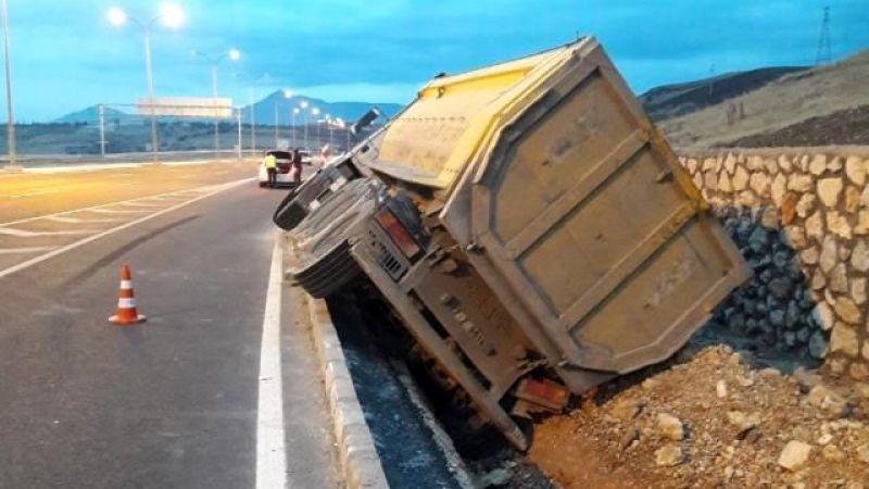 Bordür taşına çarpan kamyon devrildi: 1 yaralı