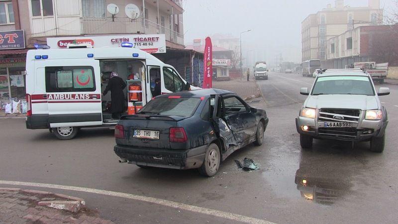 Elbistan'da otomobil ile pikap çarpıştı: 2 yaralı