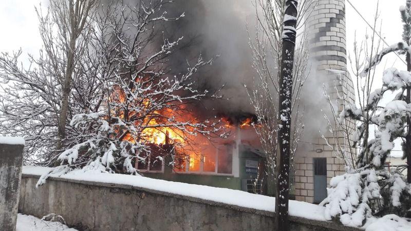 Yangın çıkan cami kullanılamaz hale geldi, Kur'an-ı Kerimler zarar görmedi