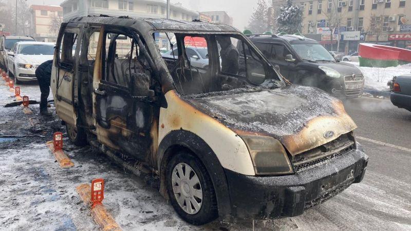 Elbistan'da park halinde ticari araç yanarak kül oldu