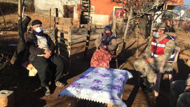 Jandarma ekipleri yaşlıları ziyaret edip ihtiyaçlarını karşıladı
