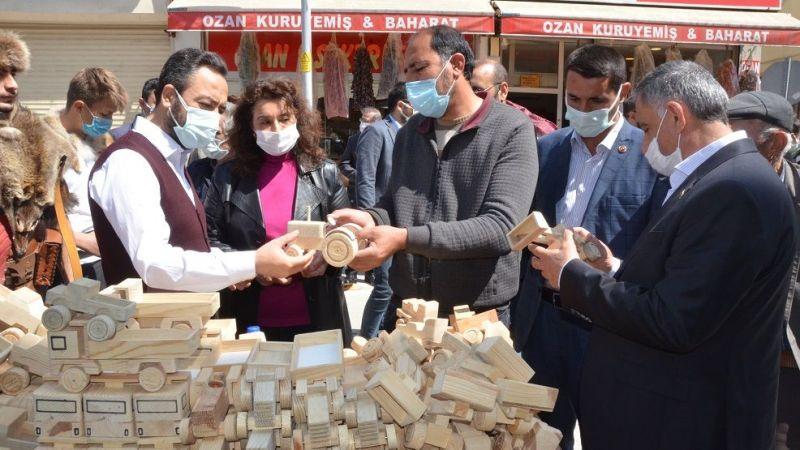 Elbistan'da vatandaşlar indirim sokağına akın etti