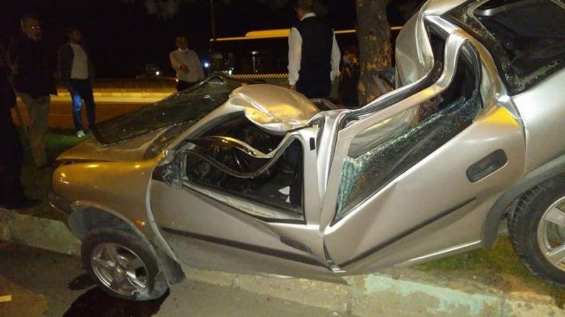 Refüjdeki ağaca çarpan otomobil paramparça oldu: 1 ölü