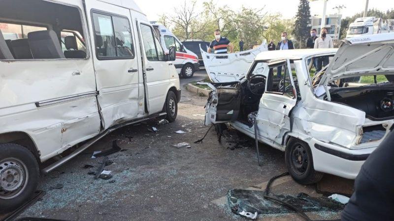 Feci kaza! Otomobil ile minibüs çarpıştı: 1 ölü 1 yaralı