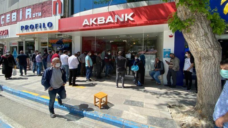Elbistan'da bankalarda kapanma öncesi nakit kuyrukları
