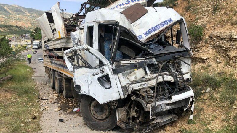 Yokuş aşağı inerken freni patlayan kamyon 3 araca çarptı